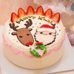 【クリスマスケーキ☆2015】 ★苺ショートケーキ(サンタ&トナカイ)  シフォン生地に贅沢に2層苺をサンド。甘過ぎずふわふわのショートケーキは当店でも人気のひとつ。  仕上げには人気のイラストを一つ一つ描いて賑やかで楽しいクリスマスに♪ 他では見られない珍しいクリスマスケーキ!  15cm¥4500(税込)(※15cmはイラストどちらか) 18cm ¥5500(税込) 21cm ¥6800(税込)  お渡し期間:12/22〜25 受付期間:〜12/20(予定数に達し次第受付終了) 店頭またはお電話にて受付しております。 052-228-8262 ※クリスマス期間中(12/22〜25)のキャラクター、似顔絵オーダーケーキは、各日台数限定。 特別料金にて先着受付。   詳細はお問い合わせ下さい。 12/20(日)は営業致します。 12/23.24.25は20:00まで営業致します。 当日売りも予定しておりますが、お早めにご予約下さい。 年末年始は、12/31〜1/6まで お休みさせて頂きます。  年始の干支ケーキは近日公開♡お楽しみに♡