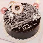【クリスマスケーキ☆2015】 ★チョコレートケーキ(ホワイトクリスマス)  当店一番人気のチョコレートケーキ!  チョコシフォン生地に濃厚生チョコを2層にサンド。 ツヤのあるチョコレートの上面にはシュガーレースをかけて美しい仕上がりに。 繊細なシュガーレースを作り出すのはパティシエの技術の見せ所! 飾りは大人っぽく白で統一。ホワイトクリスマスをイメージ。  スタッフオススメの逸品♪  15cm ¥4200(税込) 18cm ¥5200(税込) 21cm ¥6500(税込)  お渡し期間:12/22〜25 受付期間:〜12/20(予定数に達し次第受付終了) 店頭またはお電話にて受付しております。 052-228-8262 ※クリスマス期間中(12/22〜25)のキャラクター、似顔絵オーダーケーキは、各日台数限定。 特別料金にて先着受付。   詳細はお問い合わせ下さい。 12/20(日)は営業致します。 12/23.24.25は20:00まで営業致します。 当日売りも予定しておりますが、お早めにご予約下さい。 年末年始は、12/31〜1/6まで お休みさせて頂きます。  年始の干支ケーキは近日公開♡お楽しみに♡